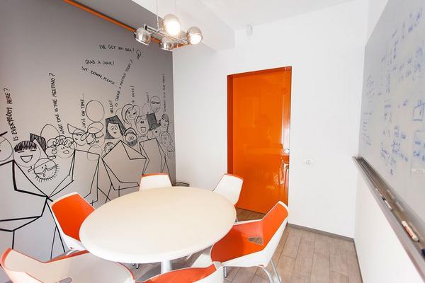 Бодрящий дизайн офиса телефонной компании в Бухаресте