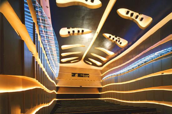 Технологичный дизайн концертного зала в Сибуе